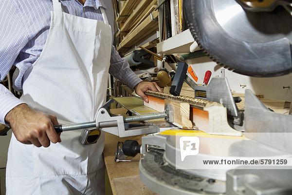 Mittlerer Ausschnitt schneiden rund Holz jung Handwerker Säge