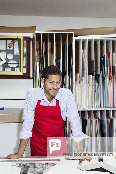 Porträt von glücklich Facharbeiter in der Werkstatt