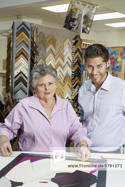 Porträt des leitenden Besitzerin mit Kunden messen Bilderrahmen