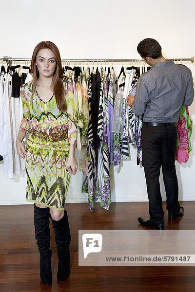 Porträt einer jungen Frau mit Freund Browsen Kleidung im Hintergrund