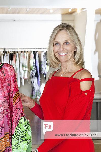 Porträt einer glücklich leitende Frau im roten Kleid