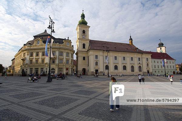Das Rathaus  links  und auf der rechten Seite die barocke Jesuitenkirche  Hauptplatz  Sibiu  Rumänien  Europa