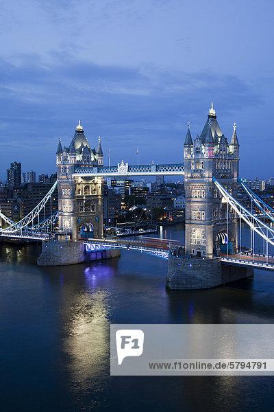 Die Tower Bridge in der Abenddämmerung mit brandneuem LED-Beleuchtungssystem von EDF Energy und General Electric  GE  gesponsert  London  England  Gro_britannien  Europa