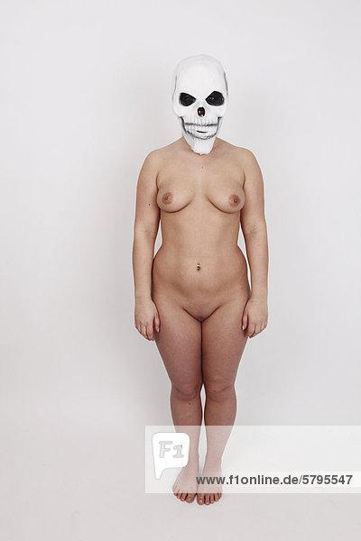 Frau  nackt  trägt Totenkopfmaske