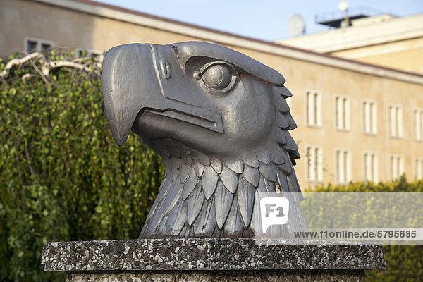 Adlerkopf  Skulptur von Wilhelm Lemke  1940  Eagle Square  Tempelhof  Berlin  Deutschland  Europa