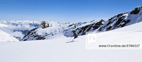 Skifahrerin in den Stubaier Alpen  Zischgeles  Tirol  Österreich  Europa