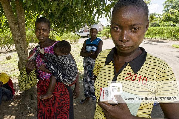 HIV-AIDS-Patientin mit kostenlosem retroviralem Medikament  Quelimane  Mosambik  Afrika