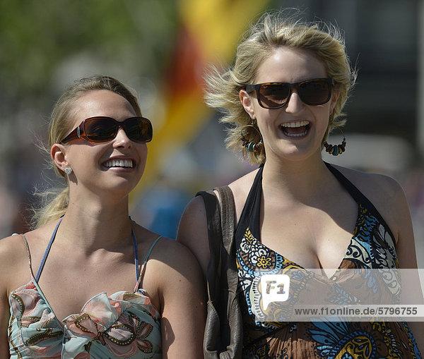 Zwei junge Frauen im Sommerkleid  Königsstra_e  Stuttgart  Baden-Württemberg  Deutschland  Europa  ÖffentlicherGrund