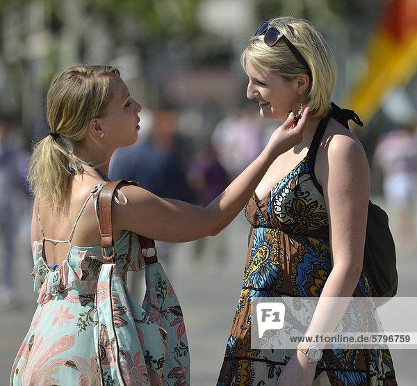 Zwei junge Frauen  Freundinnen treffen sich in der Stadt  Königsstra_e  Stuttgart  Baden-Württemberg  Deutschland  Europa  ÖffentlicherGrund