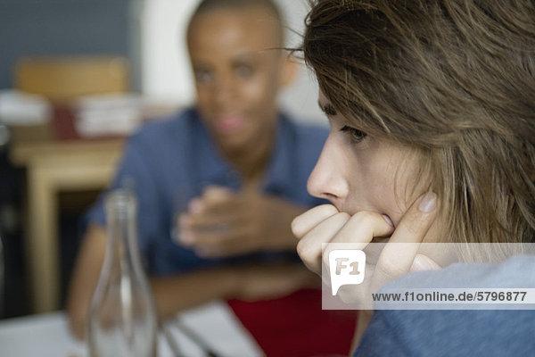 Junger Mann schaut in Gedanken weg