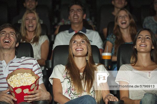 Zuschauer sehen sich den Film im Theater an.