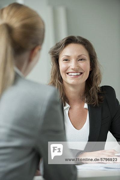 Treffen der Geschäftsfrau mit dem Kunden