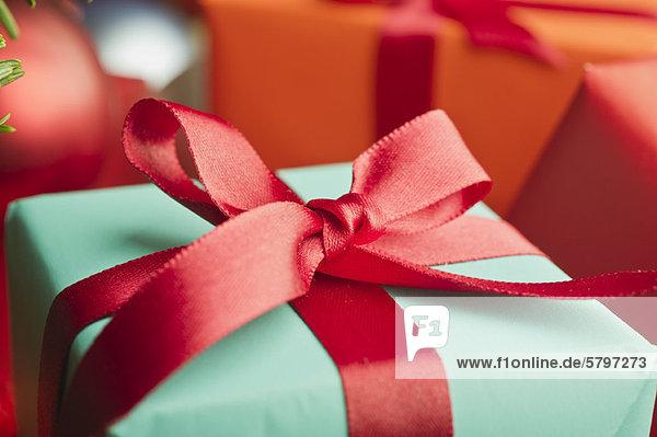 Festlich verpacktes Weihnachtsgeschenk  Nahaufnahme
