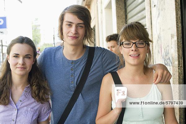 Junge erwachsene Freunde lächeln vor der Kamera