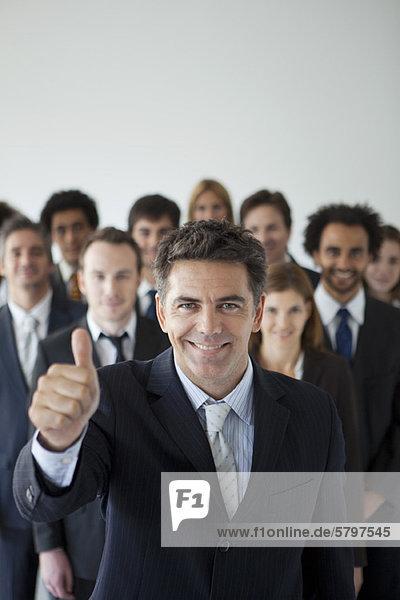 Erfolgreiche Geschäfte sind das Ergebnis selbstbewusster Führungskräfte und zufriedener Mitarbeiter.