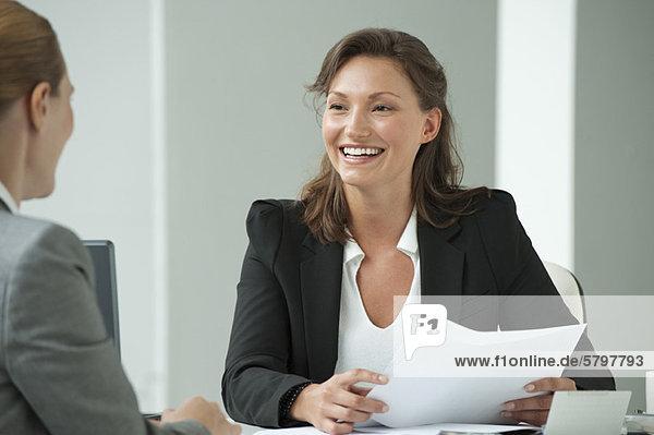 Geschäftsfrau beim Bewerbungsgespräch