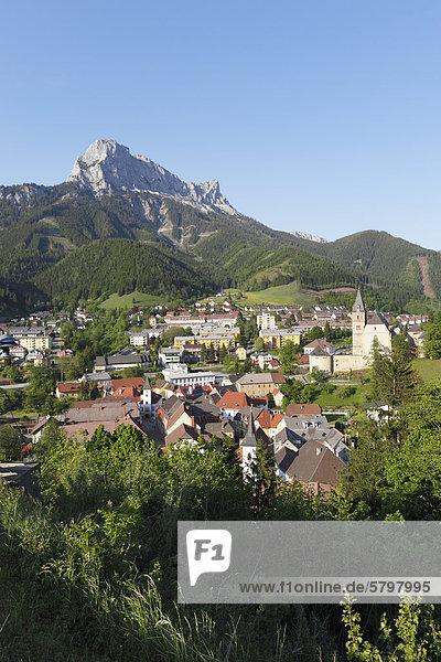 Eisenerz mit Berg Pfaffenstein  Obersteiermark  Steiermark  Österreich  Europa  ÖffentlicherGrund