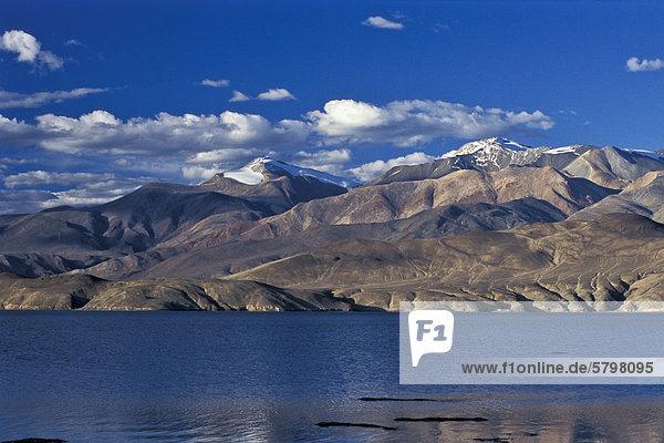 Hochgelegener Bergsee Tso Moriri oder Tsomoriri  Changtang oder Changthang  Ladakh  indischer Himalaya  Jammu und Kaschmir  Nordindien  Indien  Asien
