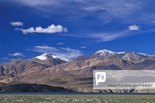 Knapp 7000 Meter hohe Berge am Bergsee Tso Moriri oder Tsomoriri  Changtang oder Changthang  Ladakh  indischer Himalaya  Jammu und Kaschmir  Nordindien  Indien  Asien
