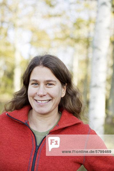 Porträt einer glücklichen mittleren erwachsenen Frau