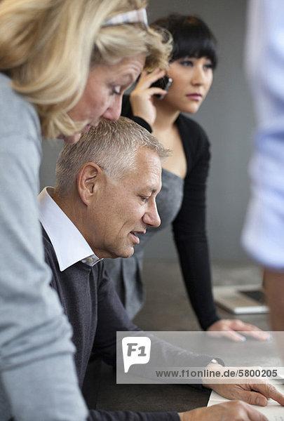 Geschäftstreffen mit Frau am Telefon