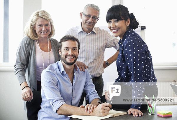 Porträt eines im Büro lächelnden Geschäftsführers
