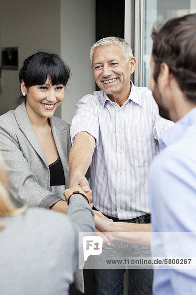 Multiethnische Geschäftsleute beim Händeschütteln