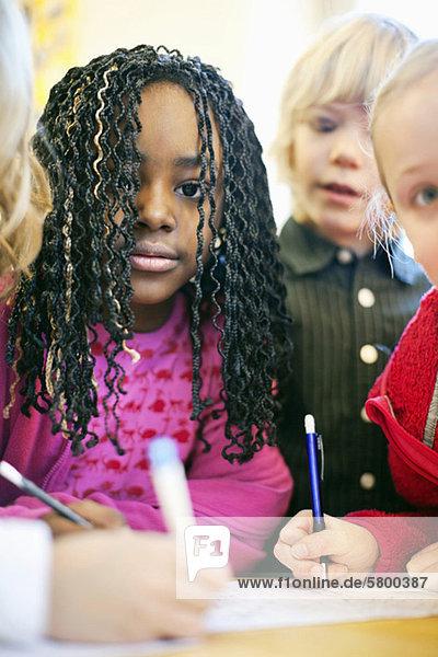 Porträt multiethnischer Kinder  die zusammen studieren