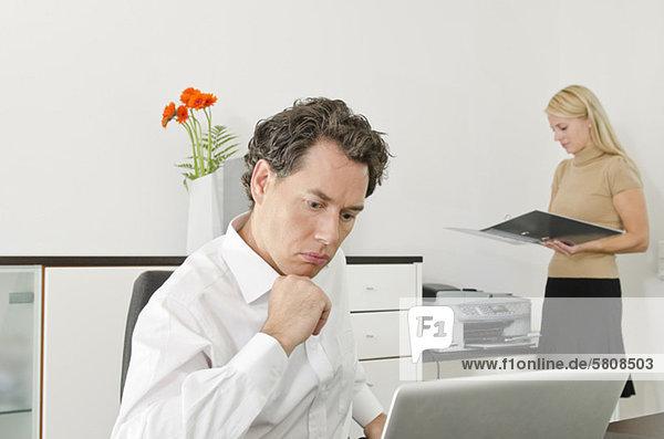 Geschäftsmann und Frau arbeiten im Büro
