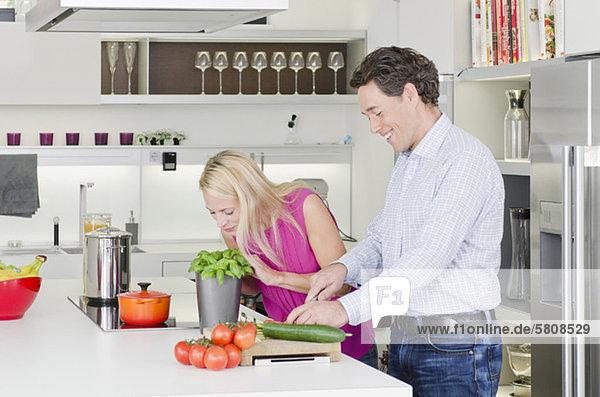 Paar bereitet gesundes Essen in der Küche zu
