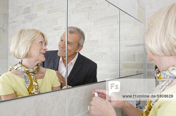 Senior Senioren Vorbereitung Badezimmer ausgehen