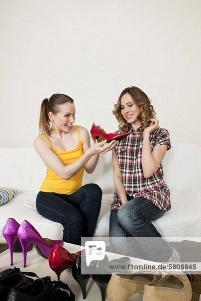 sitzend Freundschaft Schuh 2 Couch neu