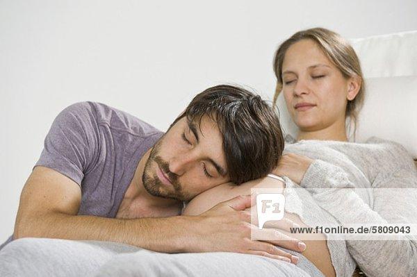 Mann hört am Bauch einer schwangeren Frau