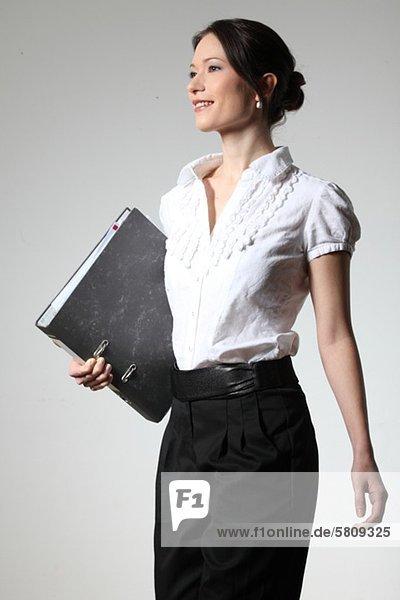 Geschäftsfrau hält einen Aktenordner