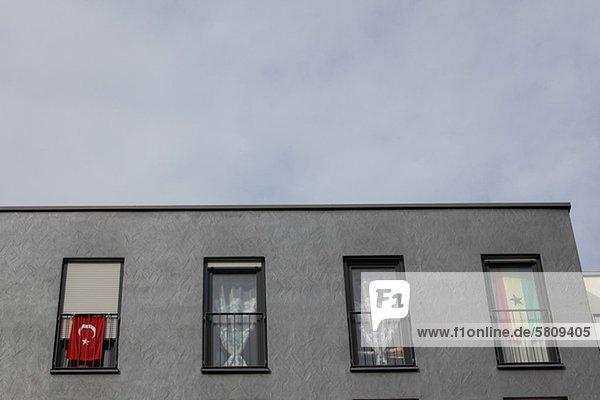 Fenster Gebäude Fahne Apartment Bayern Deutschland München türkisch