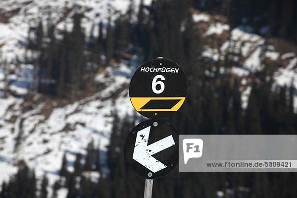 Schild an einer Skipiste in Hochfügen  Zillertal  Tirol  Österreich