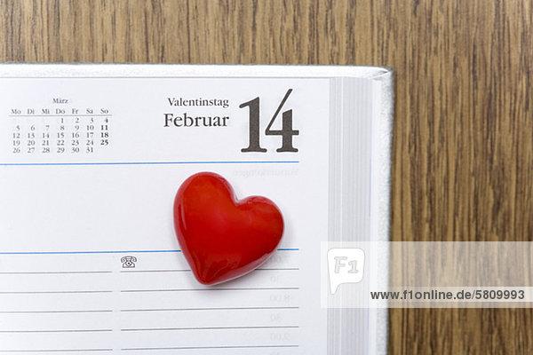Rotes Herz markiert den Valentinstag in einem Kalender
