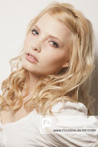 Blonde Frau trägt ein weißes Top