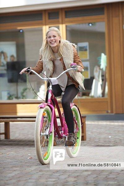 Fröhliche Frau fährt Fahrrad