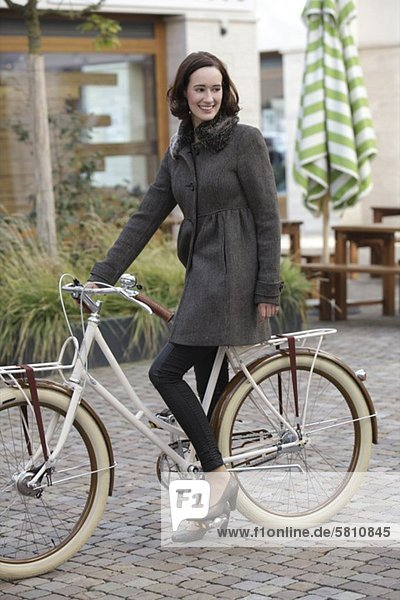 Fröhliche Frau auf einem Fahrrad