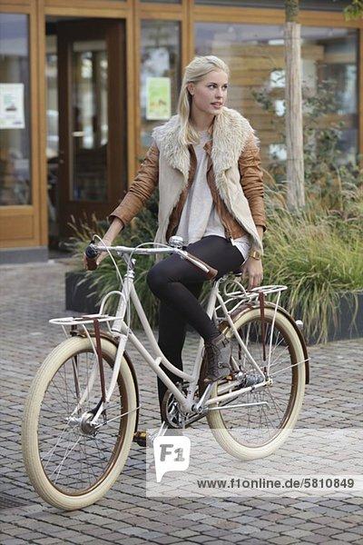 Blonde Frau auf einem Fahrrad