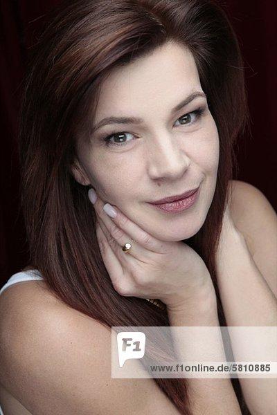 Lächelnde brünette Frau  Porträt