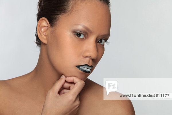 Junge Frau mit extravagantem Lippenstift  Porträt mund