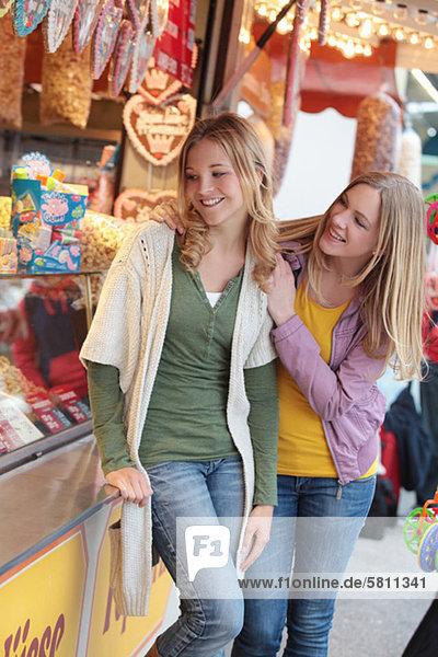 Zwei fröhliche Frauen auf einem Jahrmarkt