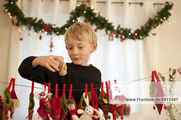 Geschenk Junge - Person halten Advent Kalender