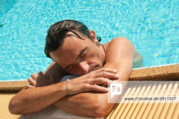 Mann Entspannung Schwimmbad