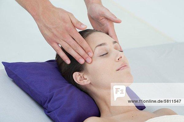 Kopfmassage junge Frau junge Frauen empfangen
