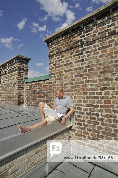 Dach benutzen Mann Notebook jung