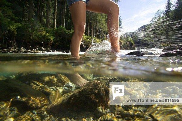 Füße einer Frau im Wasser