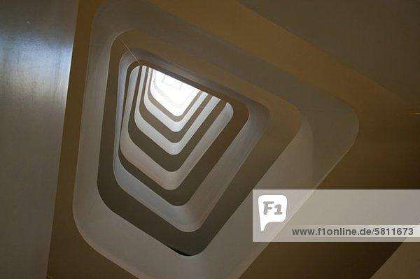 Modernes Treppenhaus eines Bürogebäudes  Wien  Österreich